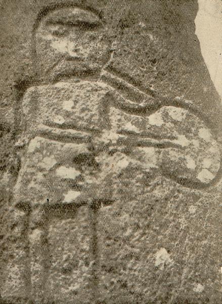 Joueur de flûte à une main et tambour, gravé sur le piédestal de croix de Nébouzat (Puy-de-Dôme), comportant la date de 1729.