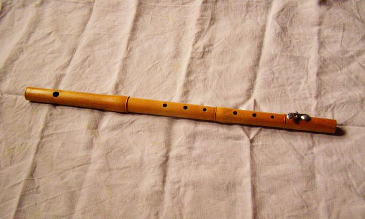 Fac-similé de la flûte du « père Maurissou » (copie effectuée par l'atelier de lutherie du Conservatoire Occitan de Toulouse). Seul le modèle de clef n'est pas conforme à l'original.