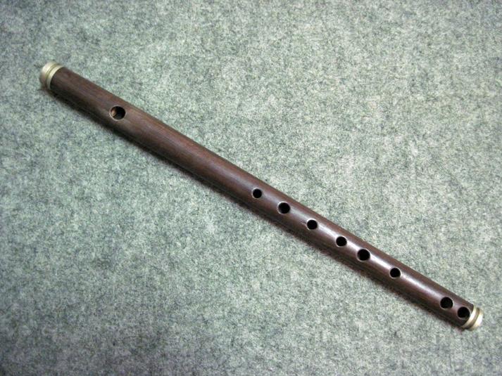 Fifre en ébène (détail) ayant appartenu au grand-père de M. Daniel Boisserie, qui était joueur de fifre et de flûte dans la région de Saint-Yrieix-la-Perche (87) au début XXe siècle.